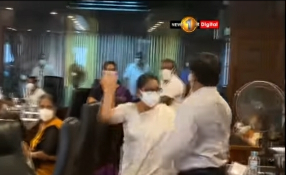 WATCH : Ugly fight between ruling party members in Maharagama UC
